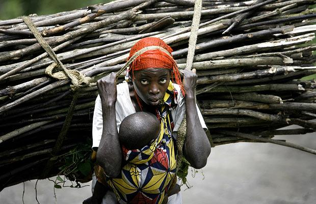 a-congo-woman-carries-wood