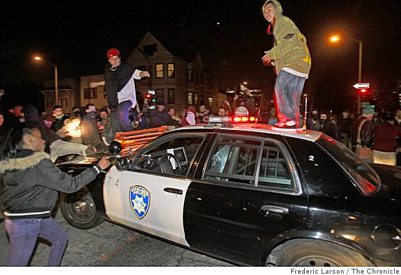 hoodlums-on-cop-car