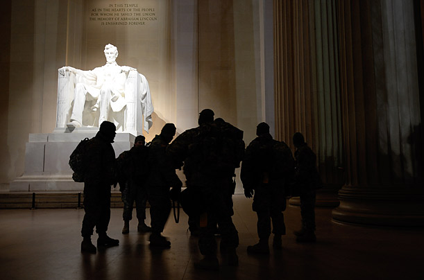 soldiers-in-the-capital-for-the-inauguration-make-a-predawn-visit-to-the-lincoln-memorial